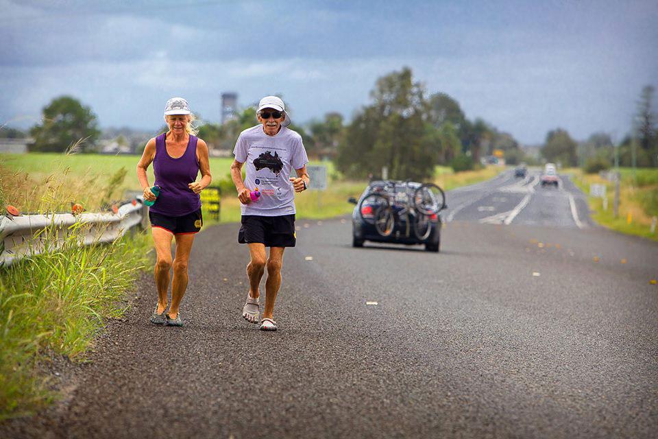 Възрастна двойка обикаля с веган-маратон Австралия за година – 366 поредни дни!
