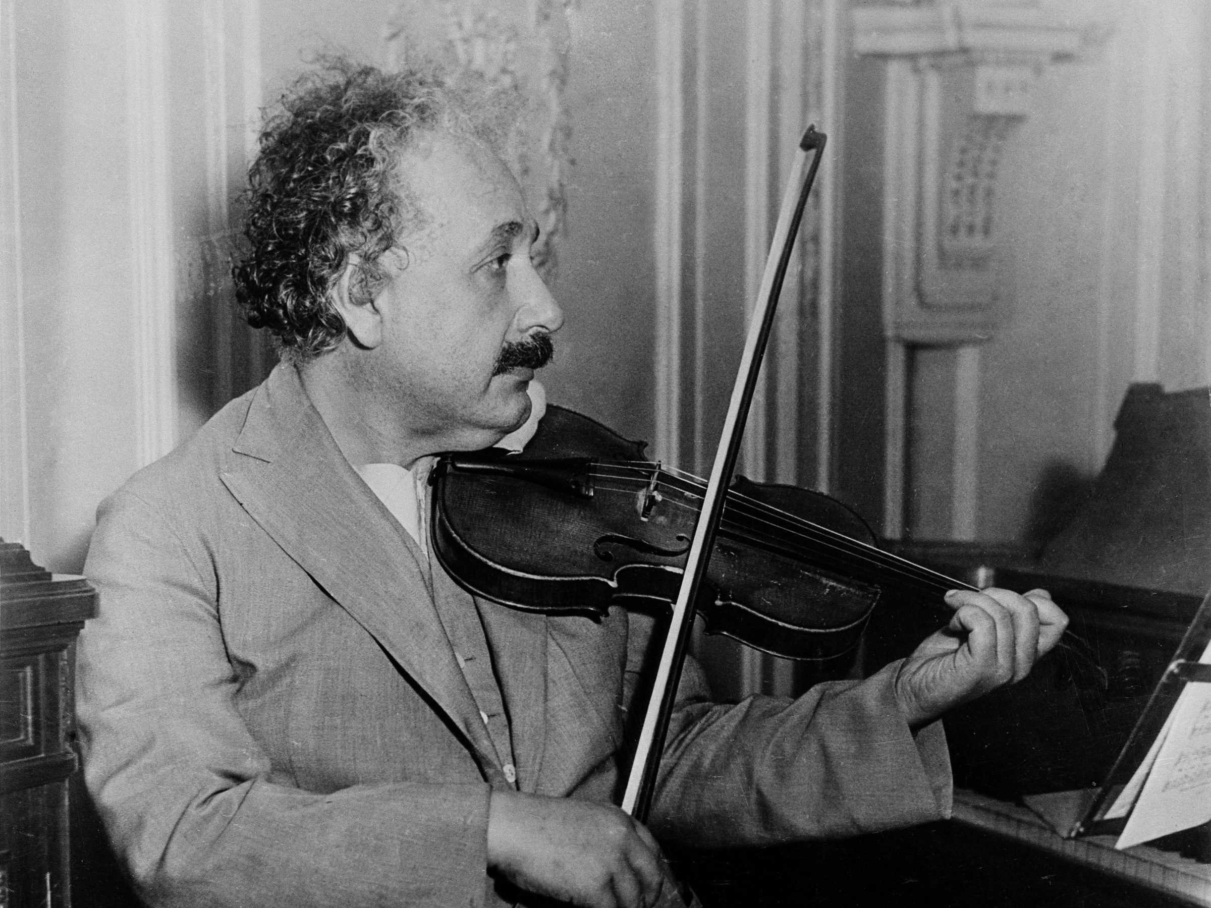 """Алберт Айнщайн – Волфганг Моцарт: """"личното битие"""" и """"надличната Вселена"""""""